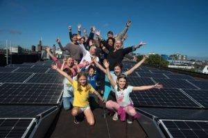 Leden van de Haagse energiecoöperatie Langebeesten Energiek op het collectieve zonnedak van poptempel Paard.